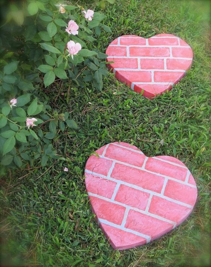 decoracion de jardines DIY, originales ideas de decoración, sendero de piezas decorativas en forma de corazón