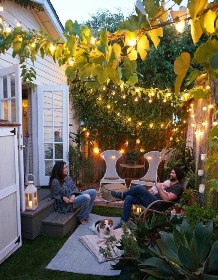 originales ideas de decoración para jardines modernos, gurinaldas de luces, muebles de diseño