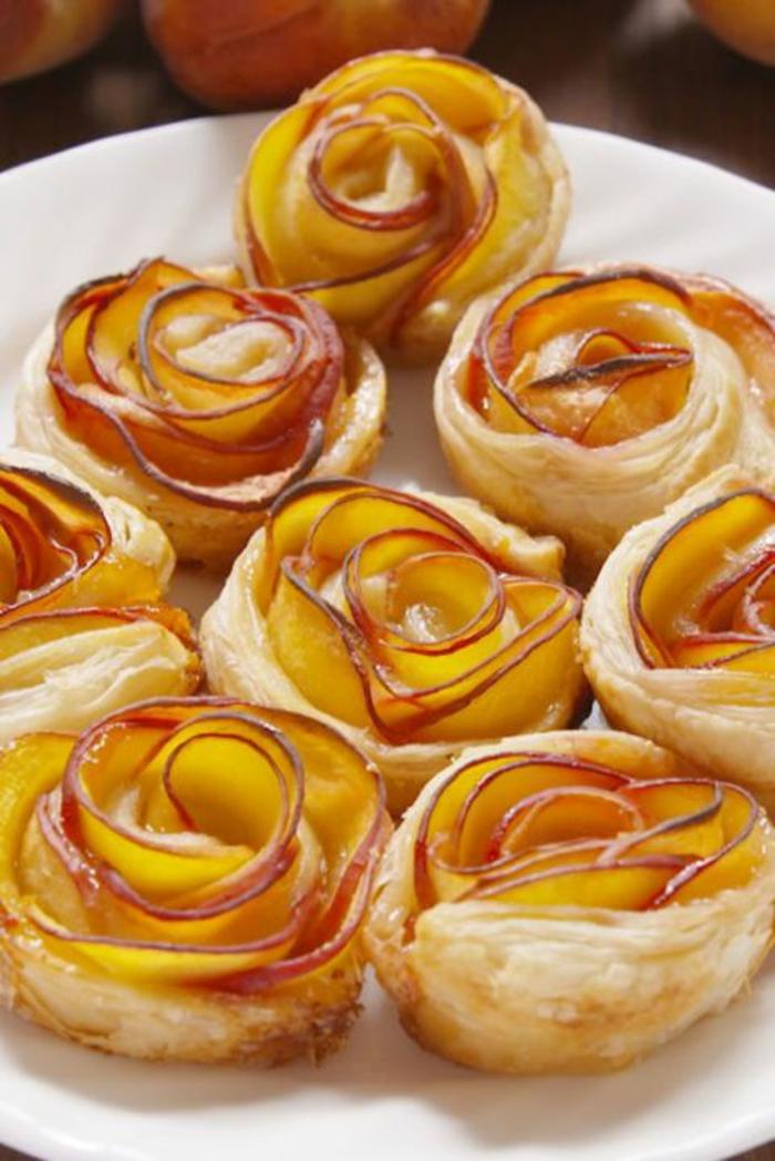 rosas de hojaldre con melocotones, recetas de postres faciles y rapidos, fotos de dulces y postres con manzanas