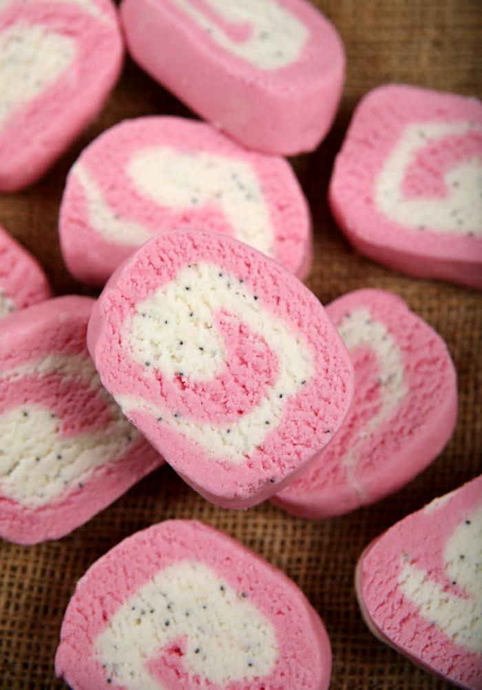 bombas de baño originales en rosado y blanco, como hacer jabones naturales paso a paso