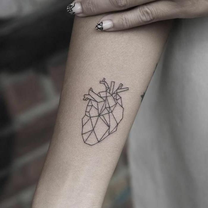 tatuaje corazón en estilo geométrico tatuado en el antebrazo, tatuajes geometricos originales