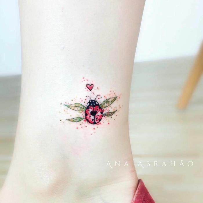 tatuajes finos para mujer con animales, dibujo colorido de una mariquita tatuado en la pantorrilla