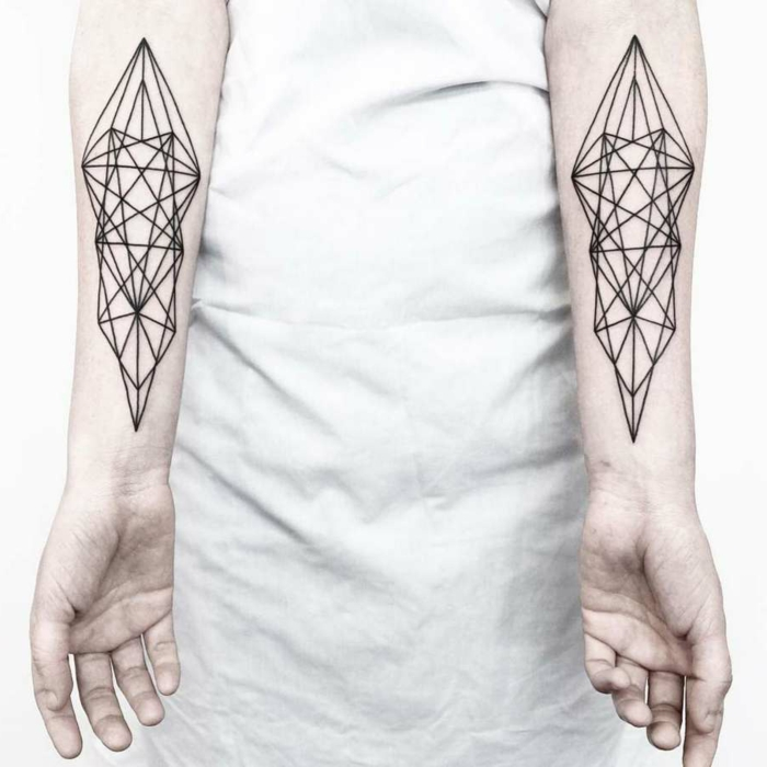 tatuajes en los dos brazos, diseño super original, ideas de diseños de tatuajes triangulo