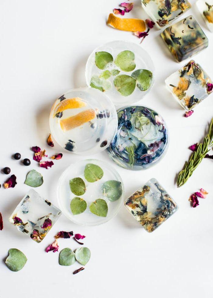 como hacer jabones naturales de diseño, preciosos jabones transparentes con hojas y elementos naturales decorativos