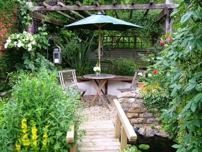 jardines modernos pequeñas decoradas de mucho estilo, suelo con grava, puente de madera y mucha vegetación