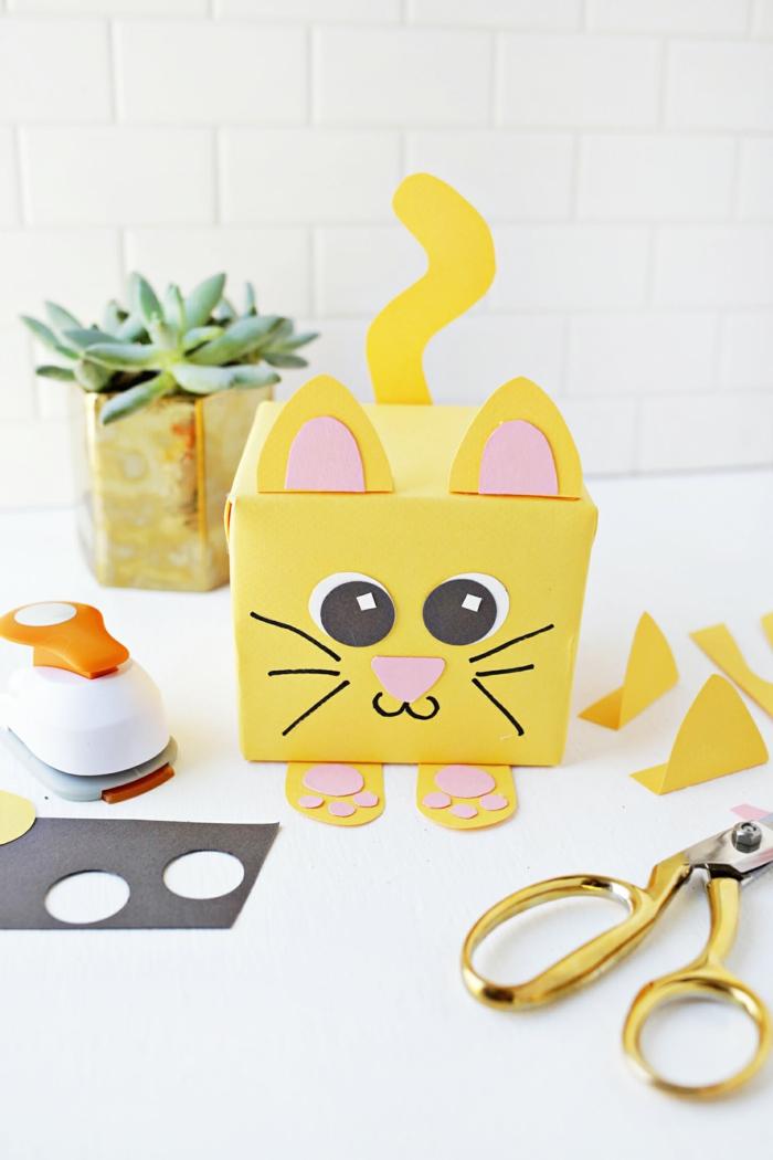 embalaje DIY con cajas de cartón recicladas, manualidades con reciclaje paso a paso, embalaje en forma de gato