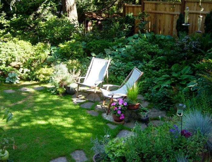 jardines modernos decorados de maravilla, suelo con césped, dos sillones de encanto