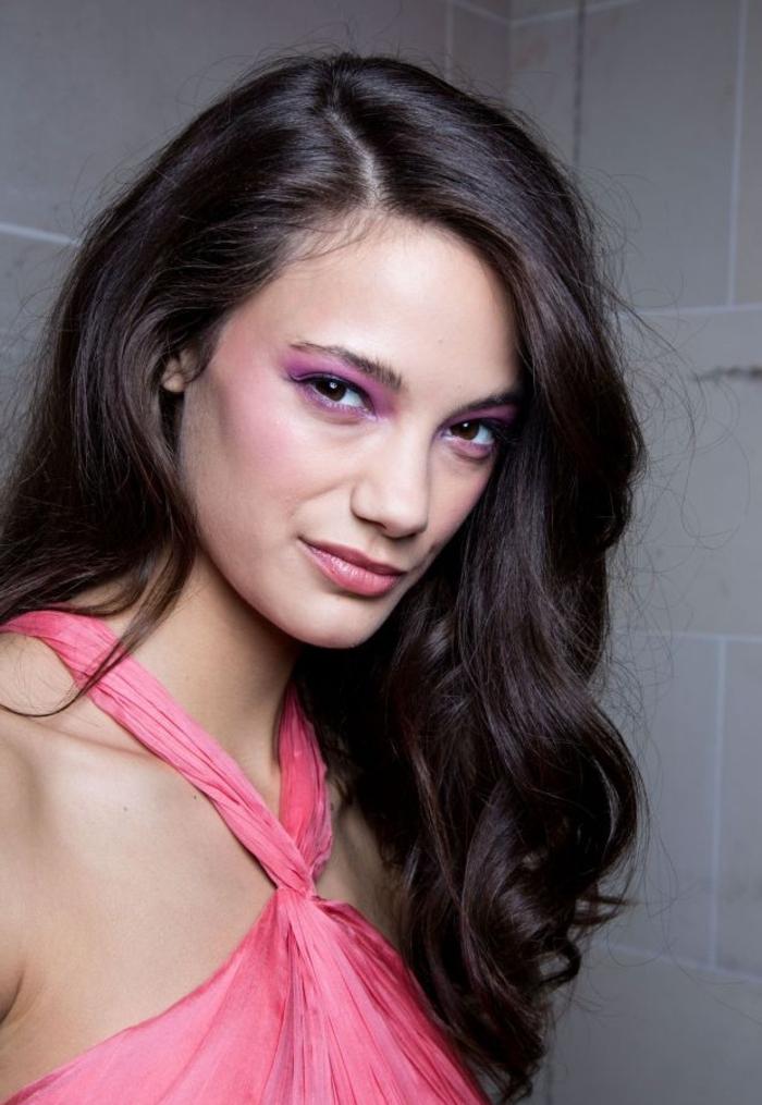 cortes de pelo mujer media melena, cabello castaño oscuro ondulado, vestido en color rosado