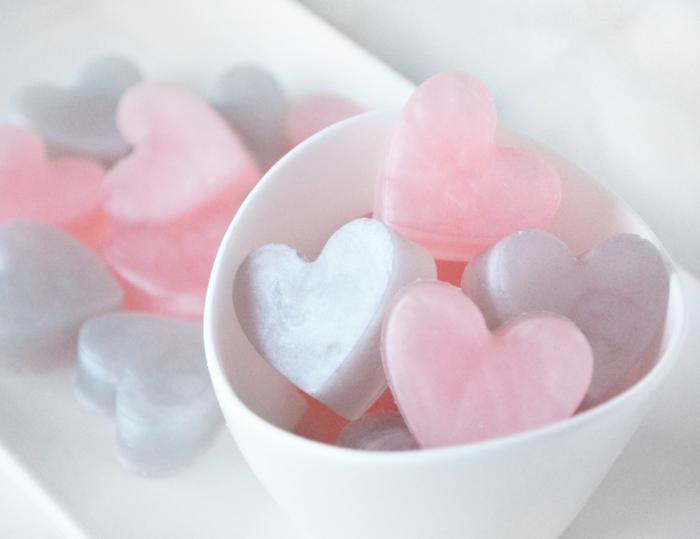 pequeños jabones en forma de corazon en colores pastel, como hacer jabones naturales paso a paso