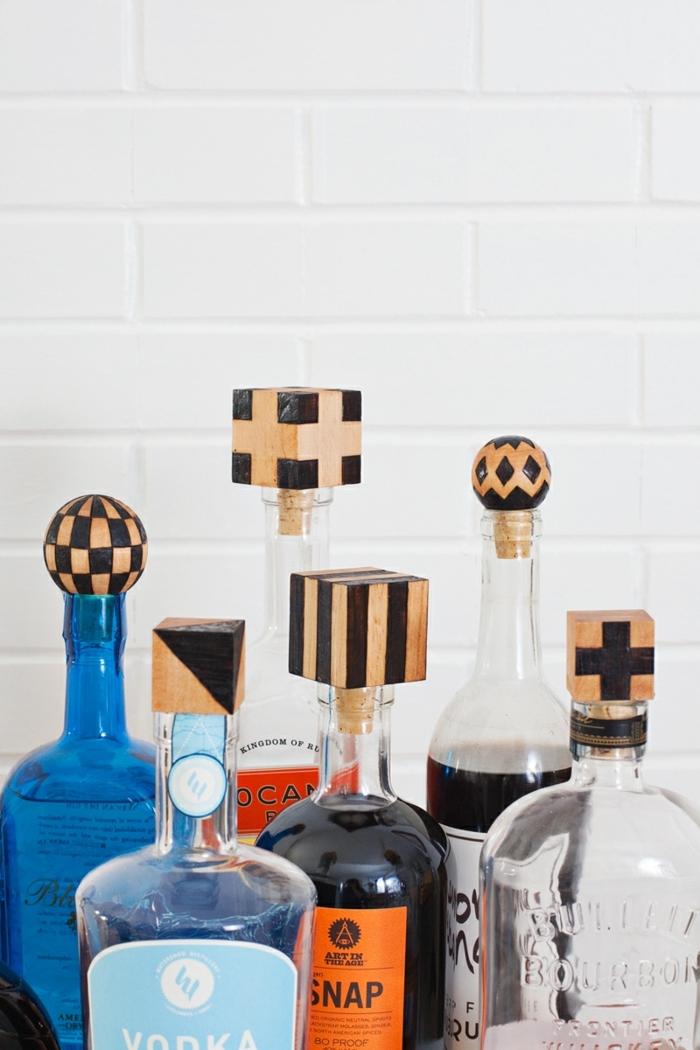 interesantes ideas de reciclaje botellas plasticas y botellas de vidrio, tapas DIY hechas de trozos de madera