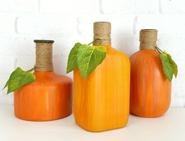 botellas pintadas en naranja, decoracion con reciclaje, bonitos jarrones DIY paso a paso