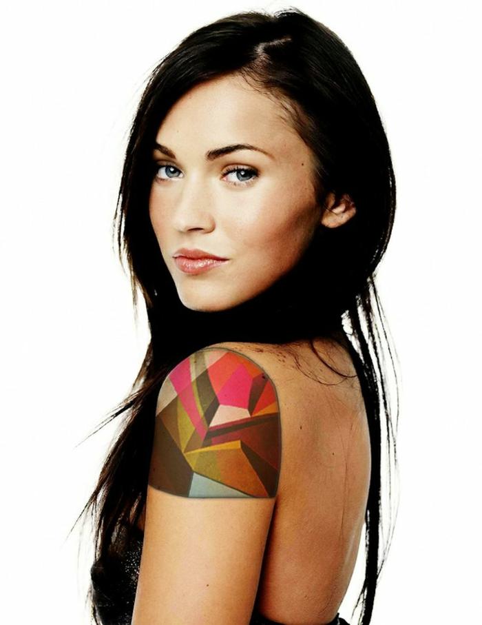 Megan Fox con un tatuaje geométrico en el hombro, tatuajes triangulo originales
