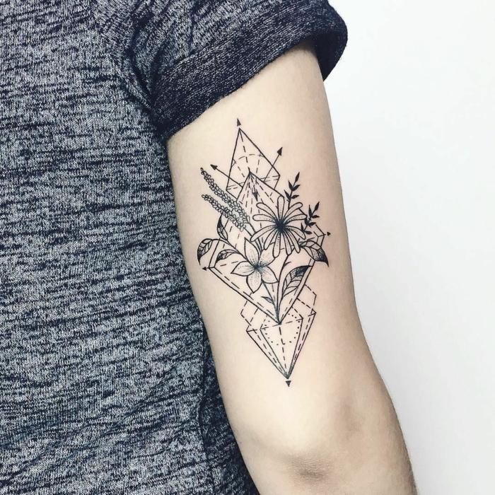 tatuajes triangulo con flores, rombos, triangulos y elementos florales, preciosas ideas de tatuajes con significado
