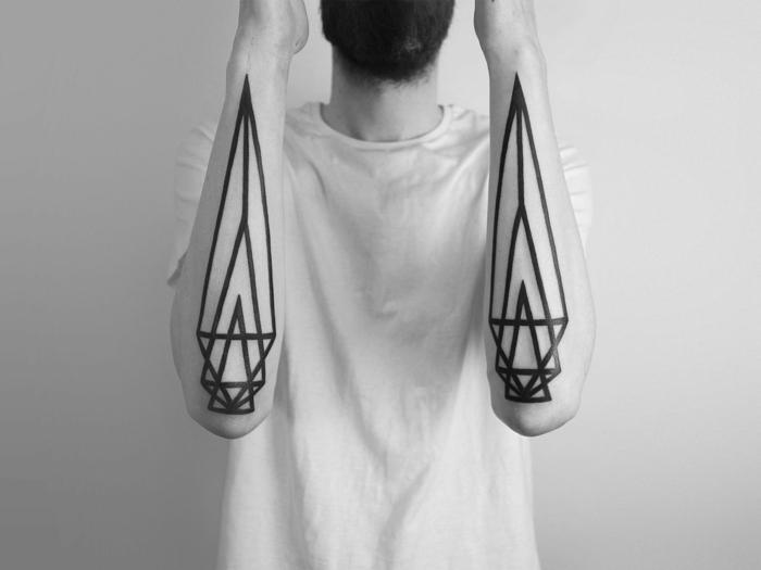 grandes tatuajes en los antebrazos, ideas originales de diseños de tatuajes triangulo geométricos