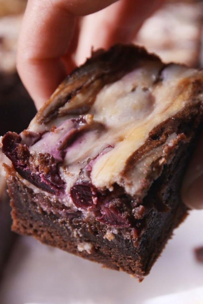 brownie con chocolate blanco y cerezas, recetas de postres faciles y rapidos, fotos de postres caseros ricos y originales