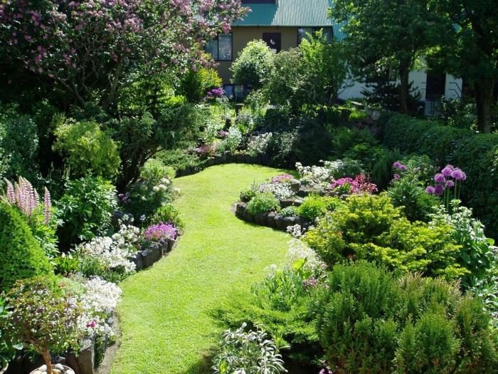 precioso jardín con césped y muchos arbustos con flores, jardines modernos y bonitos