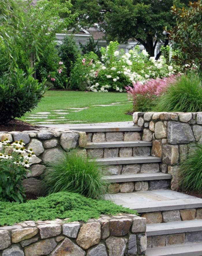 jardines rusticos con césped, sendero de piedras, arbustos con flores, ideas de decoración