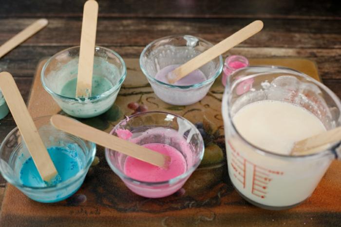 ideas con jabones caseros recoclados, jabones usados pintados en diferentes colores, como se hace el jabon casero