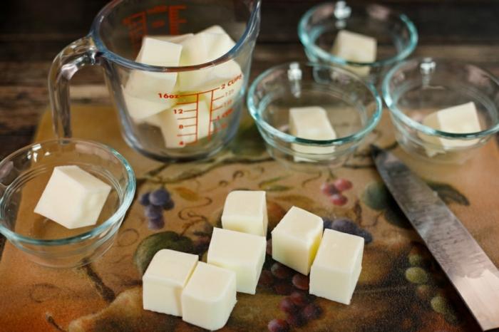 como se hace el jabon casero artesanal, formas fáciles de hacer jabón decorativo, jabón unicornio DIY