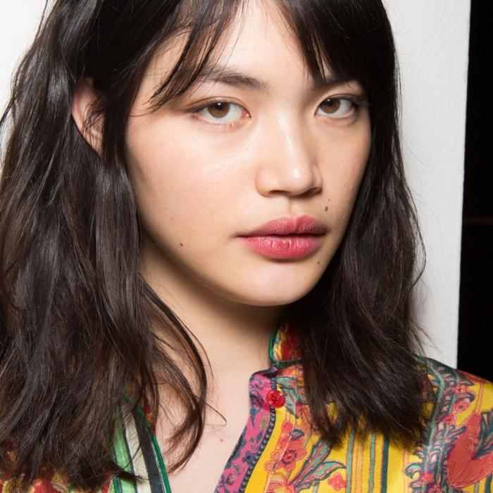 fotos de cortes de pelo media melena cara redonda, cabello castaño ligeramente ondulado con flequillo separado