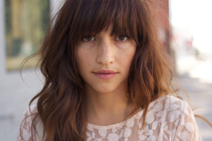 tendecias cortes de pelo mujer con flequillo, media melena pelirroja ligeramente rizada