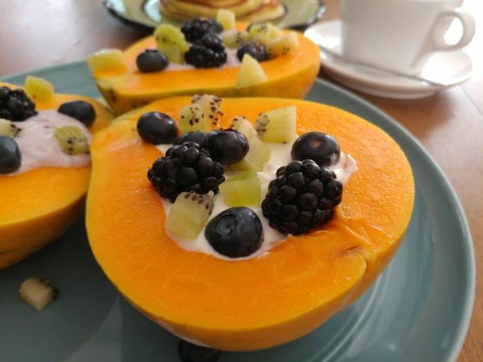 ejemplos de desayunos para adelgazar originales, calabaza pequeña rellena de yogur, kiwi, arándanos y zarzamoras