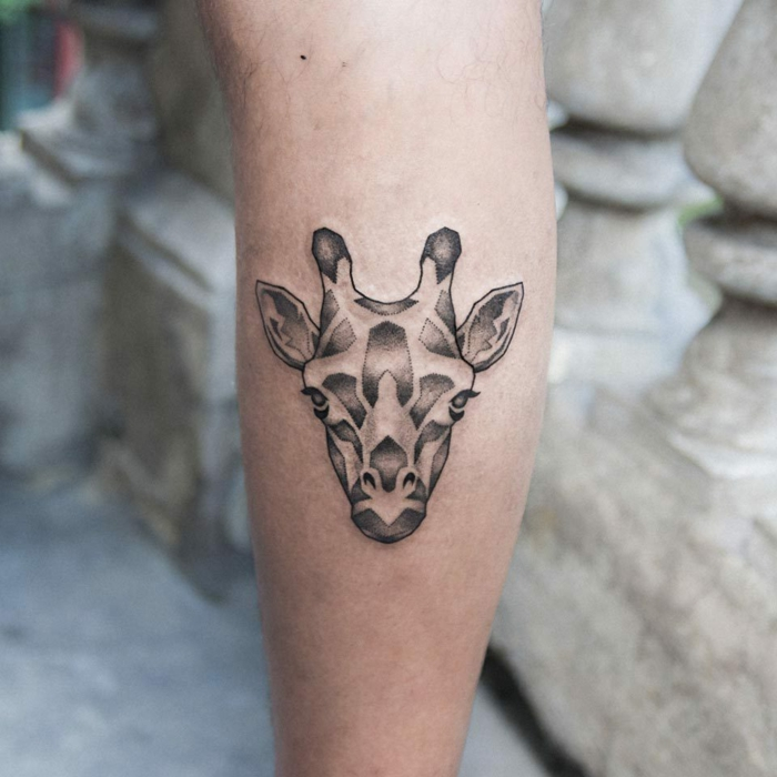 pequeño tatuaje de jirafa en el antebrazo, tatuajes de triangulos originales, ideas encantadoras tattoos