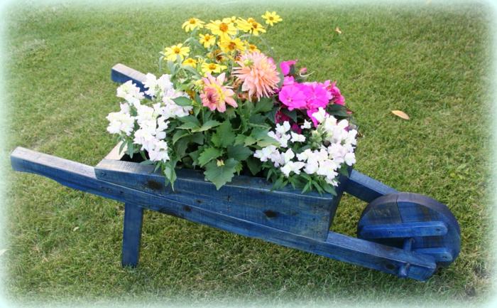 decoracion de jardines, carro de madera pintado de azul oscuro con flores plantadas dentro