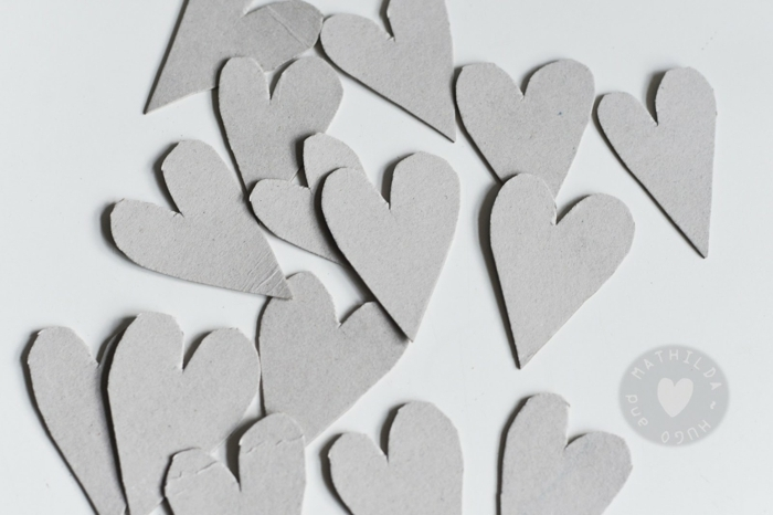 diy manualidades paso a paso, bonitas ideas de manualidades con cartulina, trozos de cartón en forma de corazon