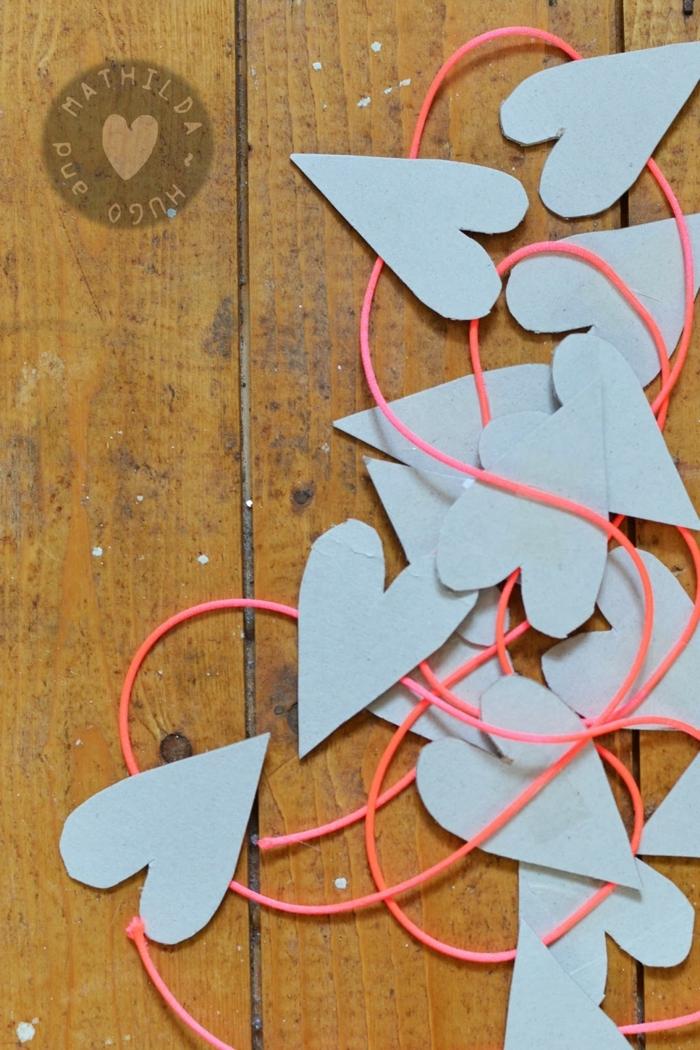 diy manualidades con materiales reciclados, hilo decorativo con elementos de cartulina en forma de corazon