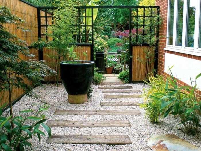 cómo organizar un jardín pequeño para ganar espacio, jardines modernos con suelo de grava y vigas de madera