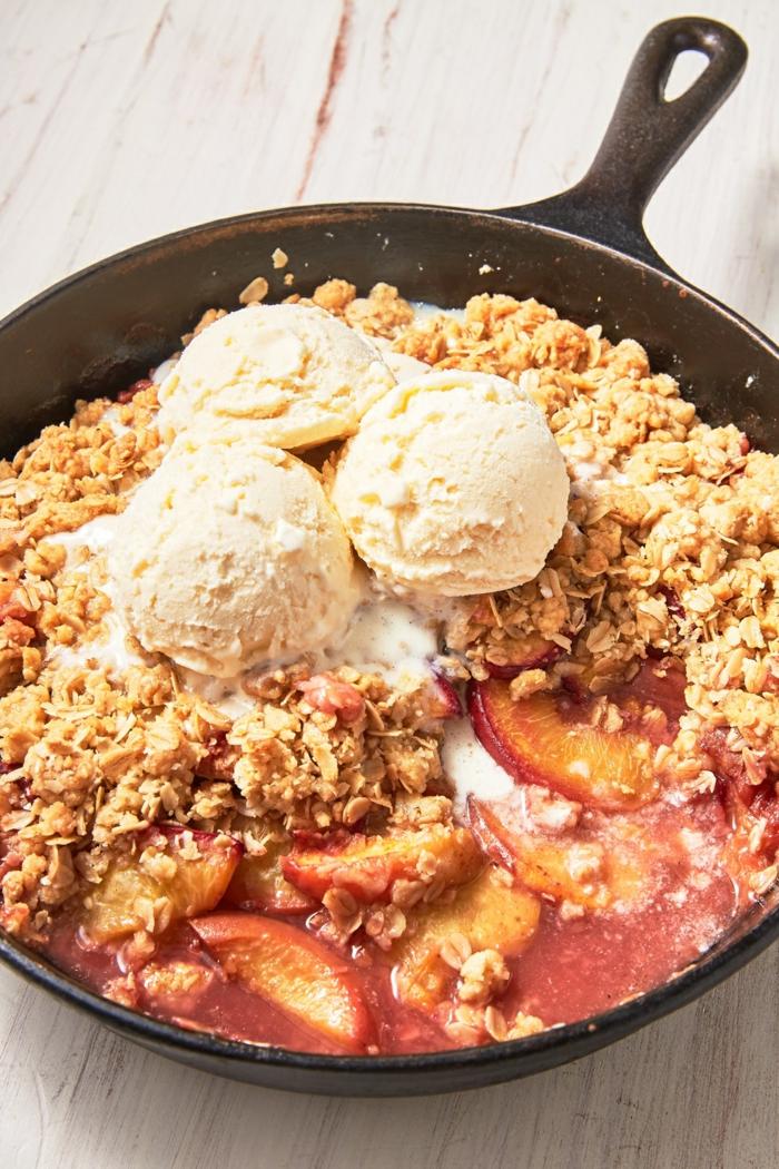 postre con cereales, melocotones y helado de vainilla, más de 160 propuestas de recetas de postres faciles y rapidos
