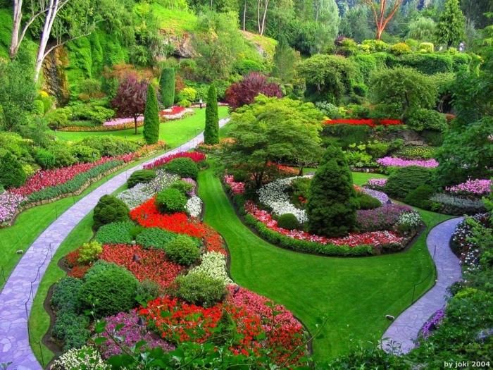 ideas para jardines, diferentes delimitaciones en el jardín y plantas puestas en diferentes niveles y con colores variados
