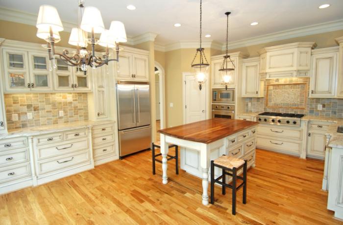 cocina moderna con isla de madera y dos sillas de bar con parquet de madera, barra americana cocina