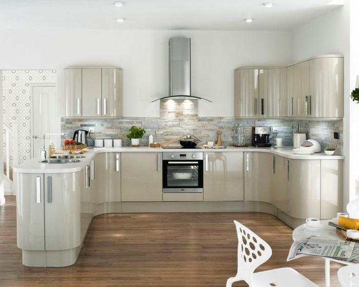 cocina con armarios en beige brillante con paredes blancas con aspirador, barra americana cocina