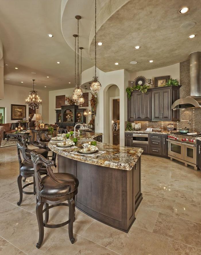 cocina de alto coste de estilo americano barroco en colores tierra, con lamparas colgantes cocinas americanas