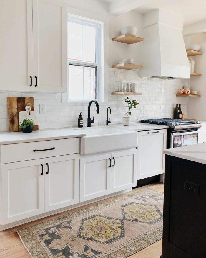 parte de la cocina donde se ve la ventana, el fregadero y las estanterías de madera pequeñas,cocinas americanas