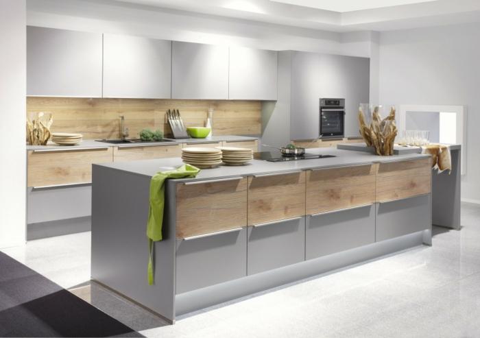 isla para cocina en color gris y marron con cajones grandes y suelo con azulejos en blanco, cocinas con barra