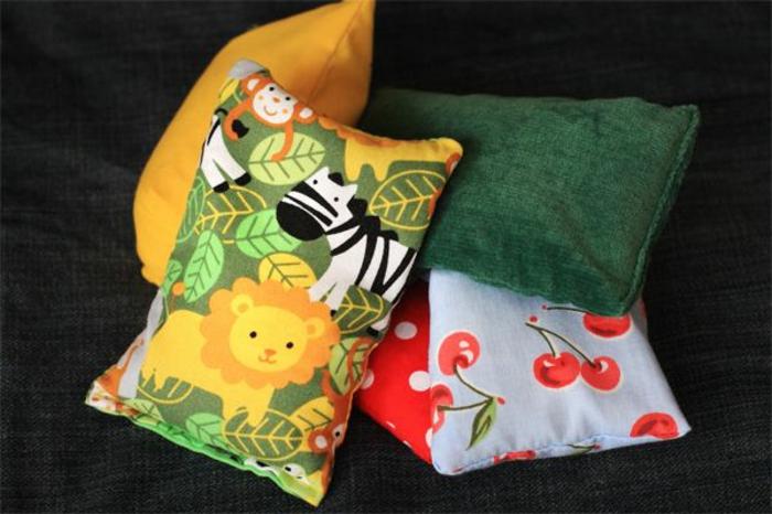 cojines decorativos DIY hechos con telas recicladas, manualidades decoracion paso a paso