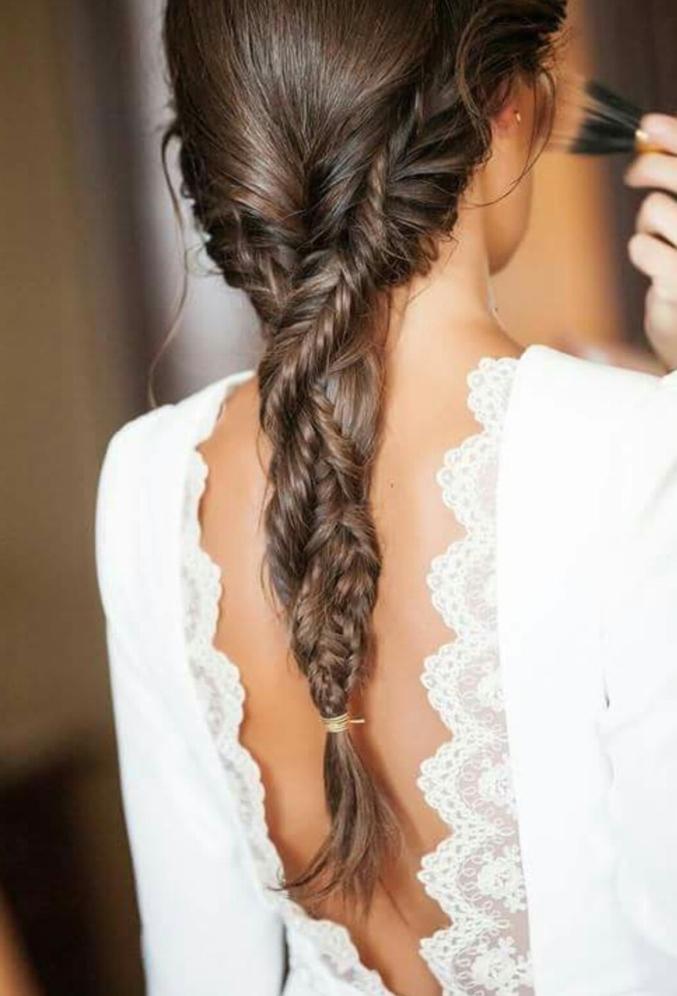 larga coleta trenzada de manera original, ideas de peinados con trenzas con flequillo para novias