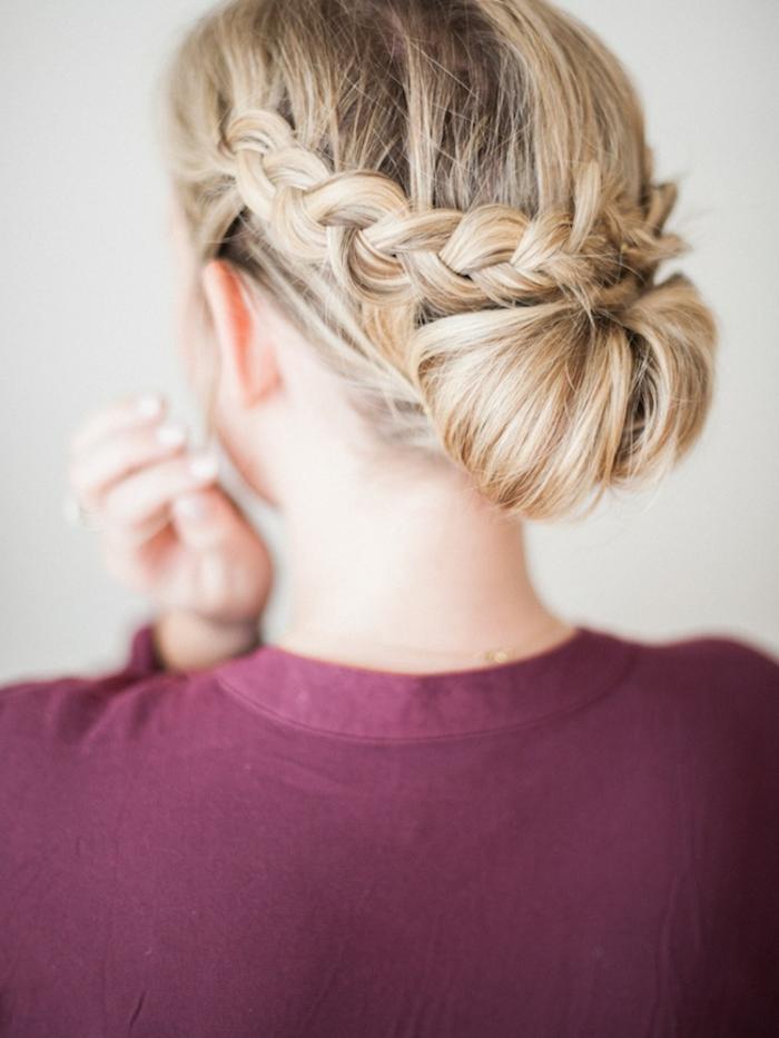 recogidos pelo largo fáciles, rápidos y elegantes, cabello largo rubio con trenzas laterales recogidas en moño