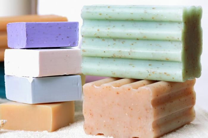 receta jabon casero super facil, pasos sobre como hacer un jabón decorativo con diferentes aromas
