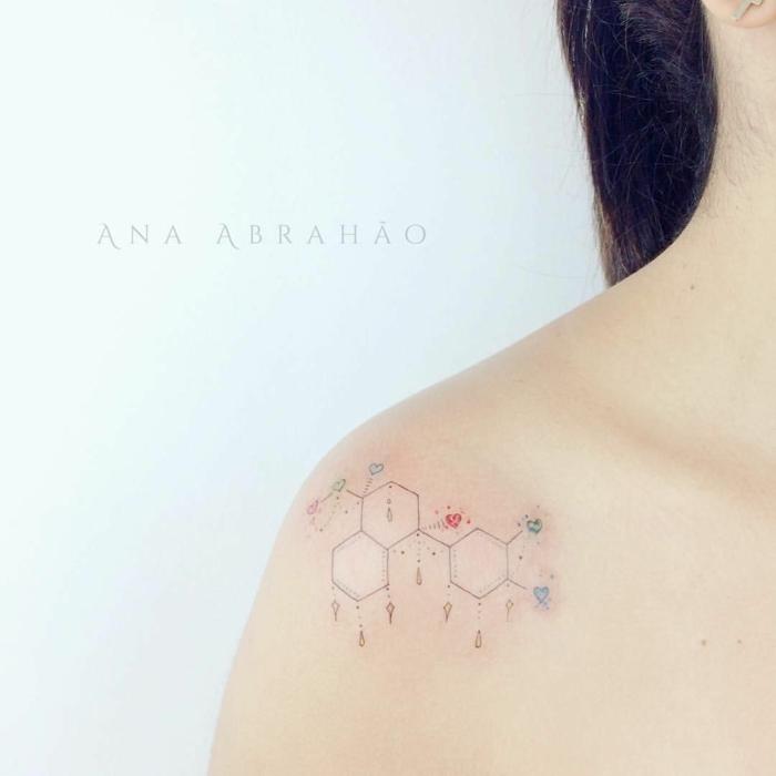 tattoos pequeños y delicados con motivos geométricos en el hombro, tattoo con hexágonos y detalles pequeños