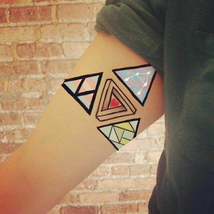 colorida idea tatuajes de triangulos en el brazo, cuatro triángulos de diferente color y diseño