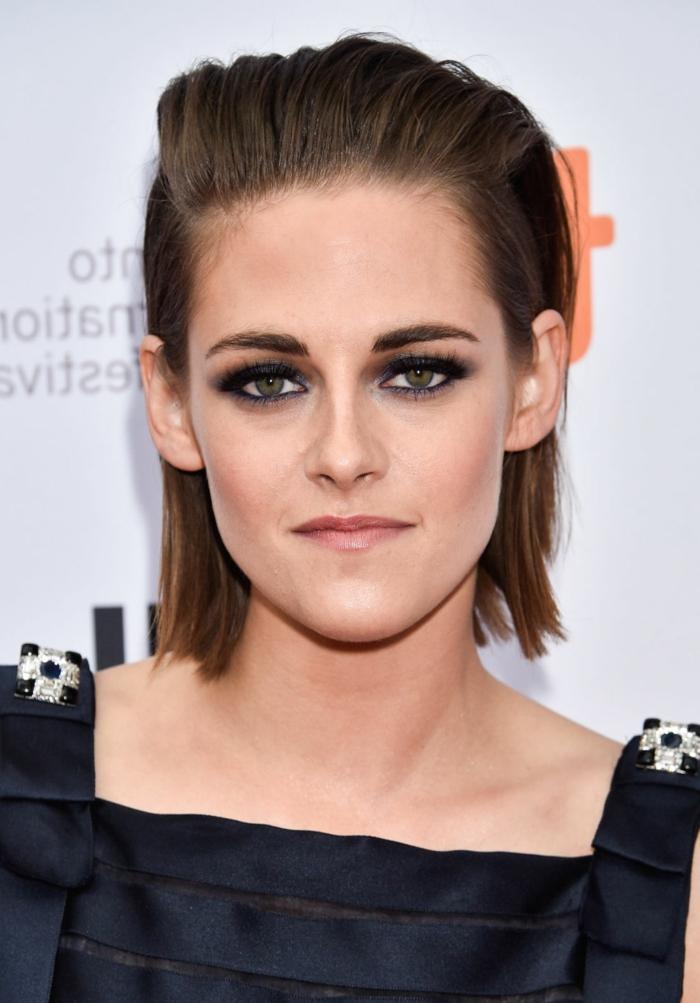 como cortar el pelo a una mujer, Kristen Stewart con peinado al estilo bob largo con efecto mojado y echado hacia atras