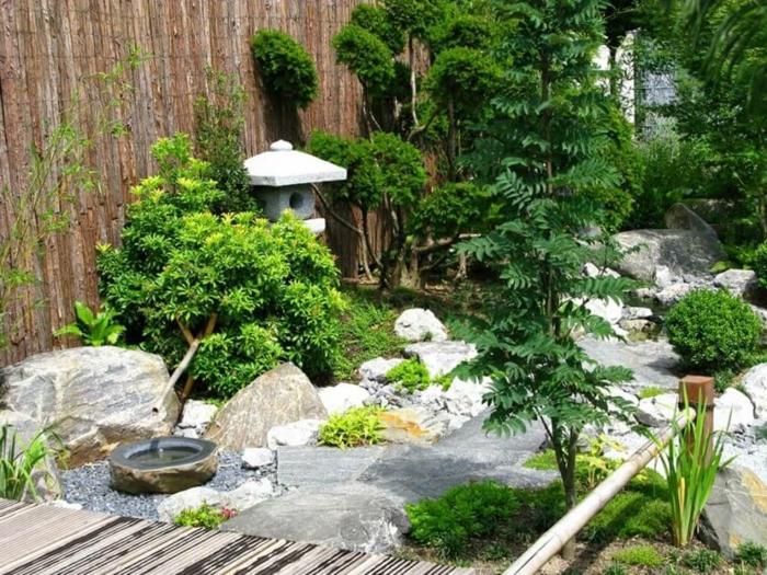jardines modernos decorados de piedras, arbustos y valla de bambú tendencias decorativas jardín zen