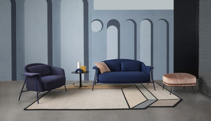 decoracion salon pequeño con sillones en azul oscuro y tabirete de terciopelo