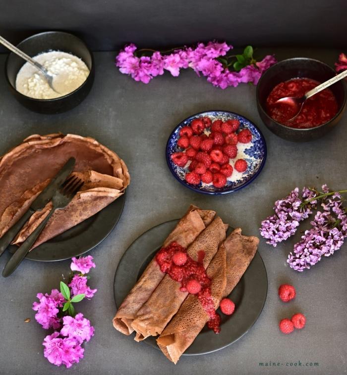 desayunos para adelgazar paso a paso, crepes con cacao y sin azúcar adornados de frambuesas frescas