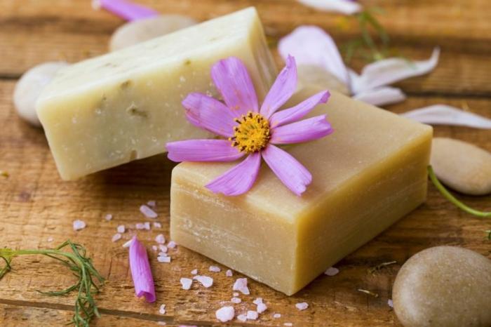 ideas para hacer jabon con aceite usado, jabón aromático decorativo con flores, manualidades originales