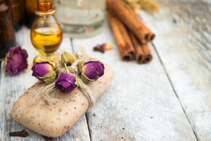 hacer jabon con aceite usado ideas bonitas y creativas, jabón en color beige con aroma de canela decorado con pequeñas rosas secas